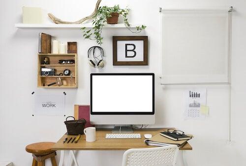 angolo studio con tavolo computer mensole