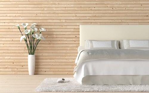 vaso bianco con fiori in camera da letto stile minimalista