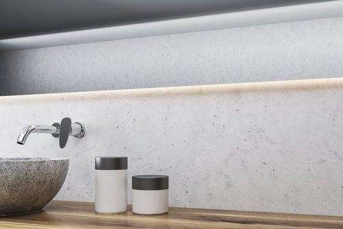 Rubinetti con installazione a parete in bagno