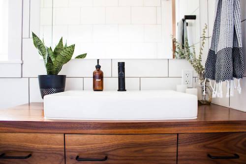 bagno e lavandino in stile orientale con specchio e piante
