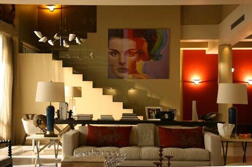 salone elegante con scala e grande quadro