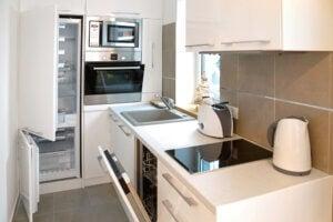 Cucina stretta con elettrodomestici