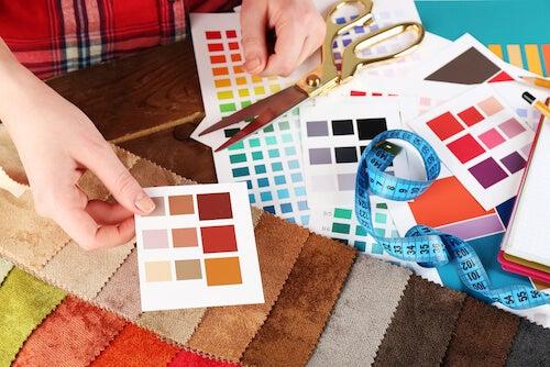 forbici e campioni di colori