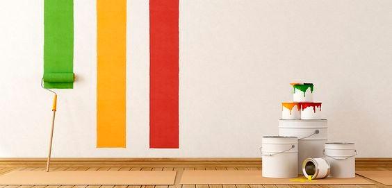 Ridipingere una parete con diversi colori.