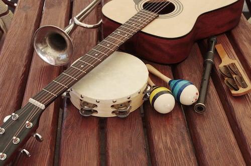 chitarra tamburello maracas tromba flauto