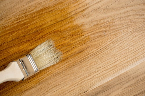 pennello con prodotto per legno