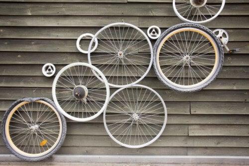 Ruote di bicicletta appese al muro