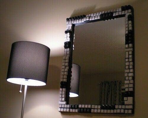 Specchio con cornice tasti