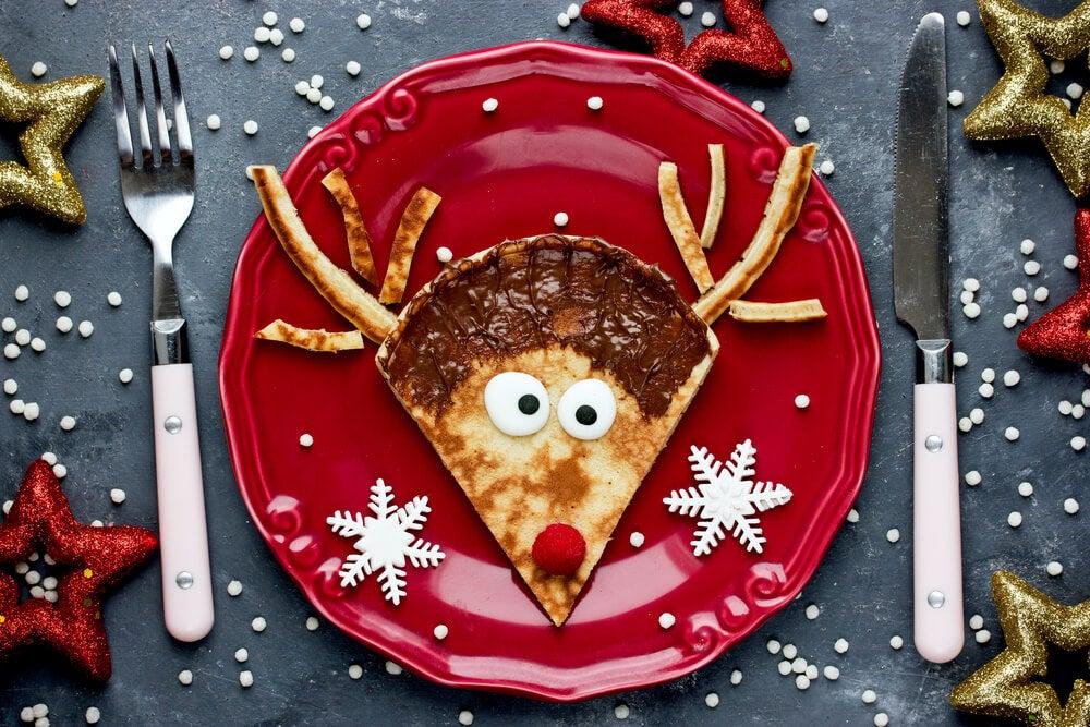 Piatto rosso con cibo a forma di renna.