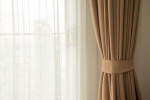 Abbinare tende e tendine nell'arredamento del salotto