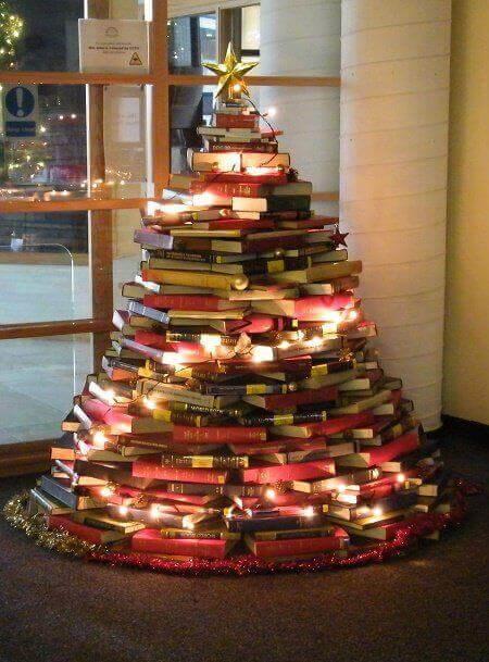 Decorazioni natalizie sostenibili: l'albero di Natale fatto con i libri.