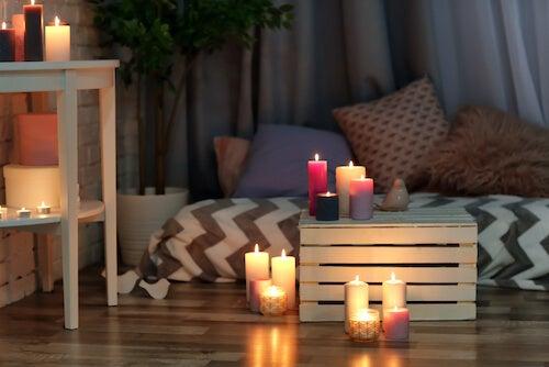 Angolo della casa decorato con candele profumate.