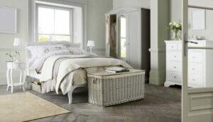 Camera da letto arredata con vecchi bauli