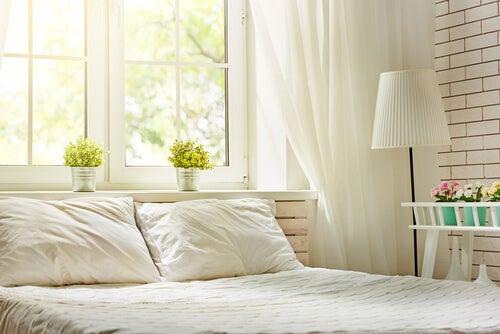 Luce naturale in una camera da letto.