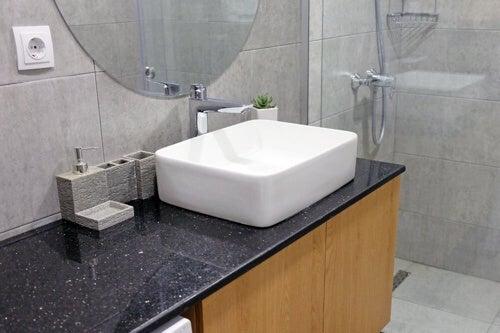 Piano lavabo per il bagno: 9 materiali interessanti