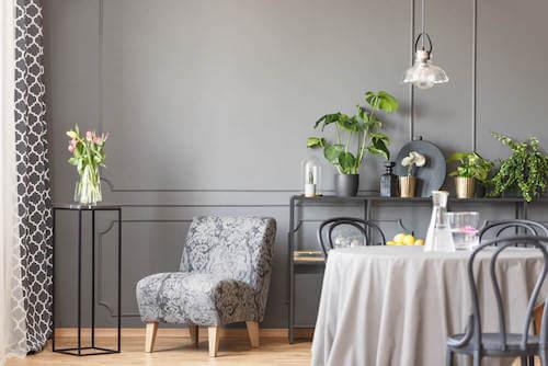tavolo modello camilla di forma circolare con sedie grigie