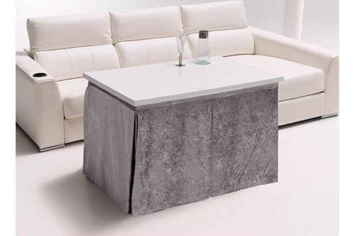 tavolo basso di forma rettangolare divano bianco