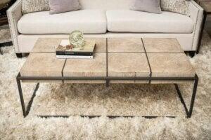 Tavolino in legno e metallo per il salotto