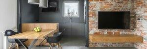 Salone arredato con elementi in legno e tavolo in metallo