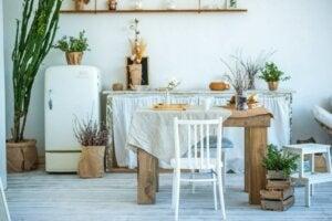 Stanza con elementi d'arredo rustici e in legno