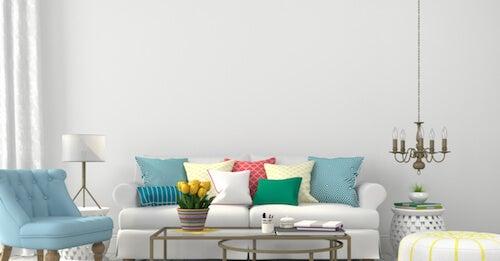 soggiorno con divano bianco e poltrona turchese