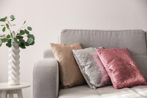 divano e cuscini con lustrini