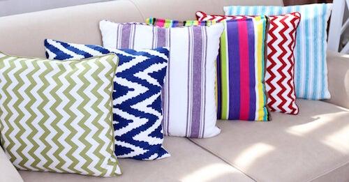 cuscini colorati con motivi geometrici
