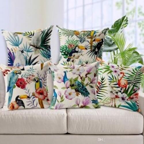 cuscini con motivi floreali e animali tropicali
