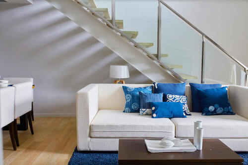 soggiorno con divano bianco e scala