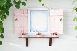 Finestra aperta con persiane rosa chiaro