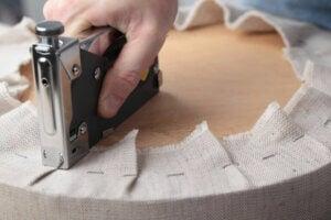 Mettere le graffe per tappezzare una poltrona antica