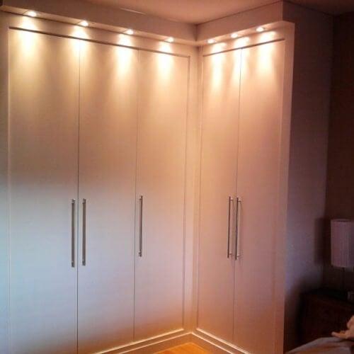Consigli per illuminare casa: gli armadi
