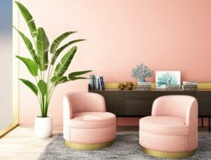 Decorare interni con poltrone rosa chiaro