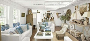 Salotto arredato in legno con accessori marini