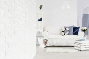 Salottino decorato in stile nautico con sofà bianco