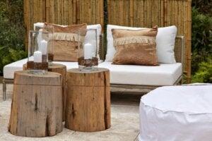 Tavolini fatti con tronchi di legno in terrazza