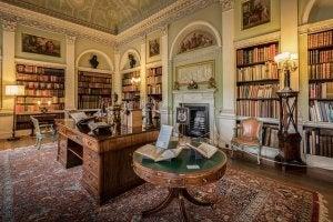Salone arredato con librerie grandi.