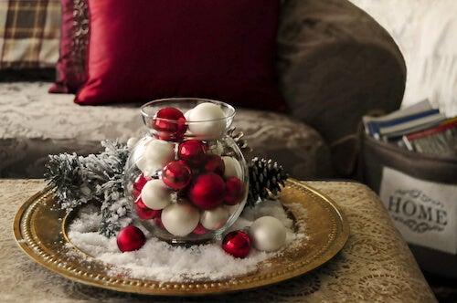 centrotavola natalizio con palle colorate