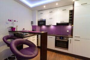 Creare stile decorativo proprio con cucina viola