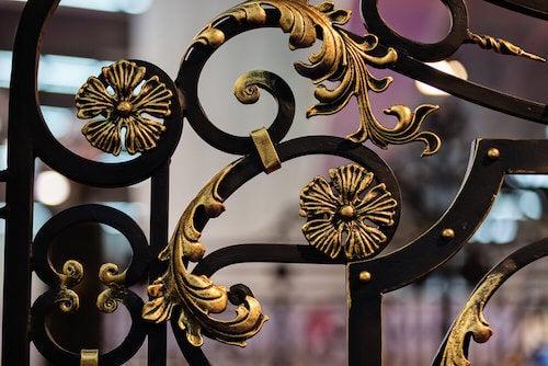 ringhiera in ferro battuto con dettagli motivi floreali dorati