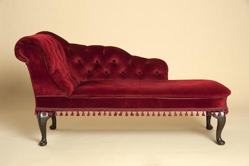 divano in velluto rosso e schienale trapuntato