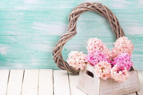 decorare un tavolino scatola di legno con fiori