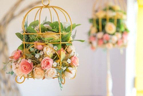 Gabbie decorative con roselline e altri fiori.