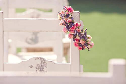 Ghirlanda di fiori sullo schienale di una sedia.