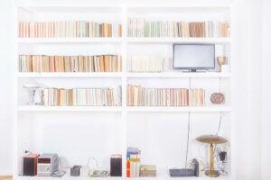 Modello di libreria bianca in stile minimal a parete.