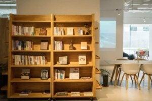 Librerie gemelle per arredare l'angolo studio.