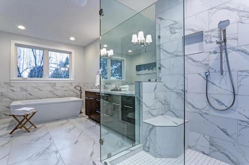 bagno e doccia in marmo bianco