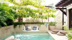 Piscina nel giardino di casa con cascata: problemi acqua piscina