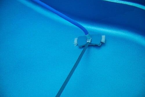Pulire la piscina con un apposito attrezzo