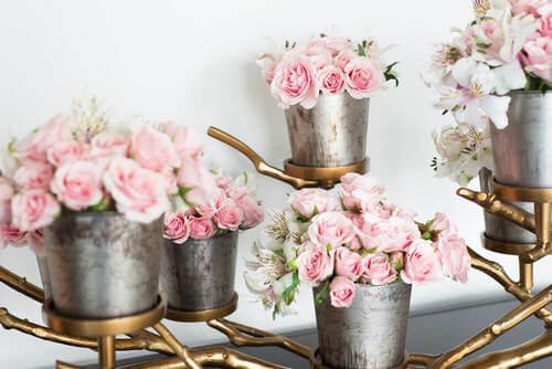 Vasi metallo per i fiori.